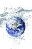 fallande vatten för jord Arkivbild