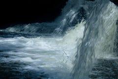 Fallande vatten för mörk bakgrund arkivfoton