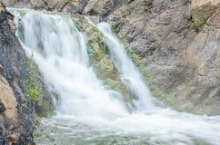 fallande vatten i morgonmisten Arkivfoton