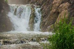 fallande vatten i morgonmisten Royaltyfri Foto