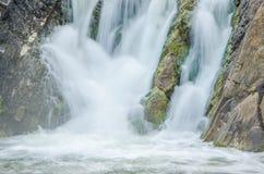 fallande vatten i morgonmisten Arkivfoto