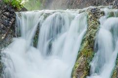 fallande vatten i morgonmisten Arkivbild