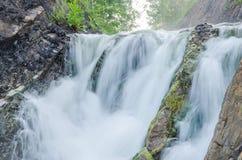 fallande vatten i morgonmisten Royaltyfria Bilder