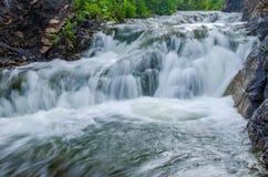 fallande vatten i morgonmisten Fotografering för Bildbyråer