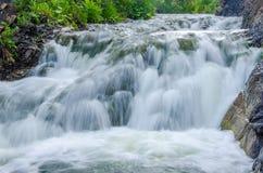 fallande vatten i morgonmisten Arkivbilder