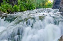 fallande vatten i morgonmisten Royaltyfri Fotografi