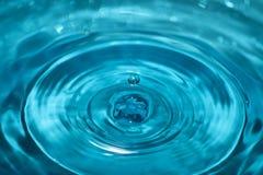 Fallande vattendroppe i vatten Fotografering för Bildbyråer
