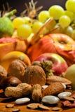 Fallanordnung mit Obst und Gemüse lizenzfreie stockfotos