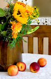Fallblumenstrauß mit Pfirsichen Stockfotografie