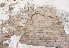 Falled murbruk på tegelstenväggen Royaltyfria Bilder