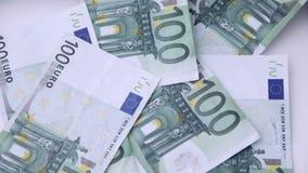 Fallen 100 Eurogeldanmerkungen stock video footage