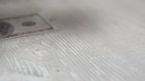 Fallen hundert Dollarbanknoten auf dem Schreibtisch in slowmotion stock video footage