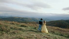 Fallen Sie auf Max Patch Mountain Appalachian Mountains, Tennessee u. North Carolina, junges Paar, Frau im gelben Kleid stock footage
