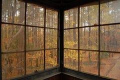 Fallen Sie durch das Fenster Stockfoto