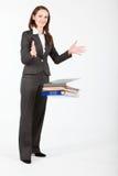 Fallende Dokumente der Geschäftsfrau lizenzfreie stockfotografie