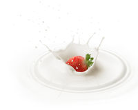 Fallende Erdbeere in Milch Lizenzfreies Stockbild