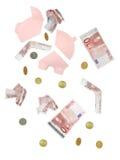 Fallende Euro und unterbrochenes piggybank Stockbilder