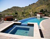 Fallende Flanke swimmong Pool Stockfoto