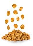 Fallende Flocken, Frühstückskost aus Getreide lokalisiert auf Weiß lizenzfreie stockfotos