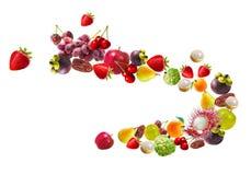 Fallende Früchte auf weißem Hintergrund stockfotos
