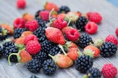 Fallende Frucht getrennt Stockfotos