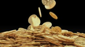 Fallende goldene bitcoins auf Stapel stock video footage