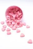 Fallende Herzsüßigkeit in den Papierschalen des rosa Tupfens lizenzfreie stockbilder