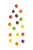 Fallende Jelly Beans lokalisiert auf weißem Hintergrund Stockfotografie