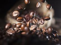 Fallende Kaffeebohnen Stockfoto