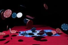 Fallende Pokerchips Lizenzfreies Stockfoto