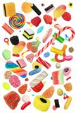 Fallende Süßigkeit lokalisiert auf einem weißen Hintergrund lizenzfreie stockfotos