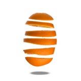 Fallende Scheiben der Orange in einer Luft lokalisiert auf Weiß Stockbilder
