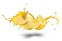 Fallende Scheiben der Zitrone mit dem Saftspritzen lokalisiert Stockfoto