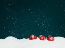 Fallende Schnee- und Weihnachtskugeln Lizenzfreies Stockfoto