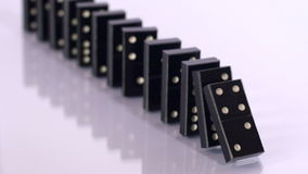 Fallende schwarze Dominos in der Zeitlupe stock video