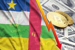 Fallende Tendenz Republik- Zentralafrikaflagge und -cryptocurrency mit zwei bitcoins auf Dollarscheinen lizenzfreie abbildung