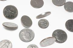 Fallende US-Münzen auf getrenntem Hintergrund Stockbild