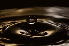 Fallende Wasserblase Ringe bewegt in dunklen spritzenden Hintergrund wellenartig Makroansicht, Weichzeichnung, flache Schärfentie Lizenzfreies Stockfoto