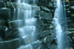 Fallende Wasserkaskade und -felsen Lizenzfreie Stockfotos