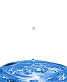 Fallende Wassertropfen auf Wasseroberfläche Stockfoto