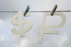 Fallender Dollar Der russische Rubel und der Dollar Stockfotos