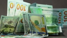 Fallender Euro und Dollar stock video