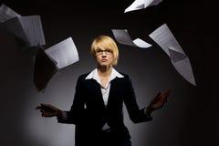 Fallender Haufen der Geschäftsfrau des Papiers Lizenzfreies Stockfoto