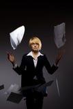 Fallender Haufen der Geschäftsfrau des Papiers Lizenzfreie Stockfotografie