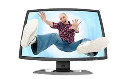 Fallender junger Mann in den Bildschirm Stockbild