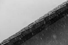 Fallender Regen auf Dach Stockbilder