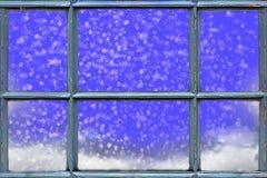 Fallender Schnee außerhalb des Fensters stockfotos