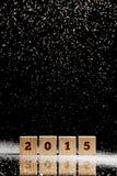 Fallender Schnee auf hölzernen Würfeln mit Text 2015 Stockbild