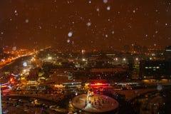 Fallender Schnee in der Nacht Kiew lizenzfreie stockfotos