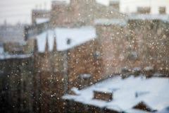 fallender Schnee mit der Stadt auf Hintergrund lizenzfreies stockfoto